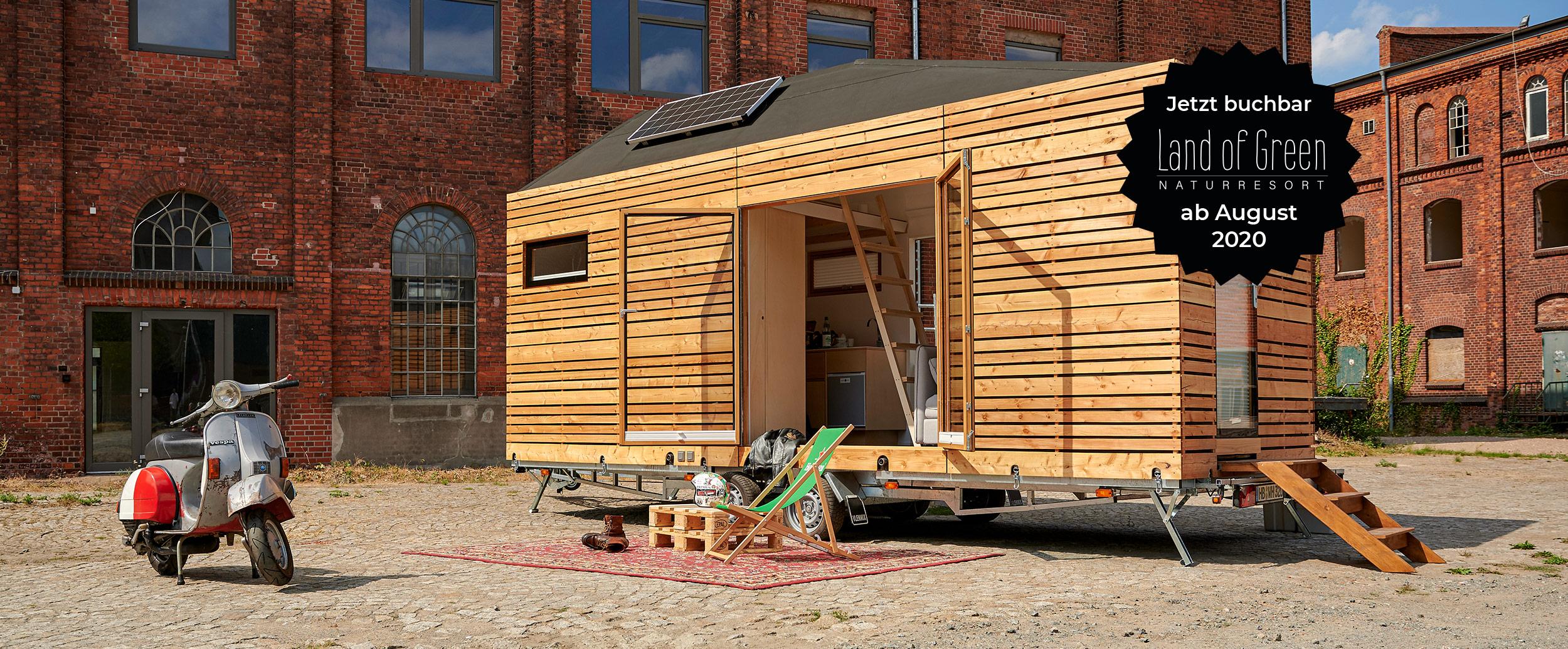 Tinyhouse in Urbaner Umgebung mit Campingstuhl und Roller